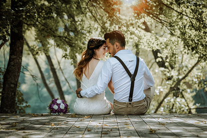 wedding couple in backyard
