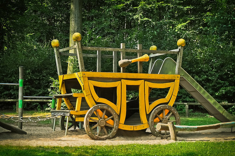 Carriage style outdoor play structure